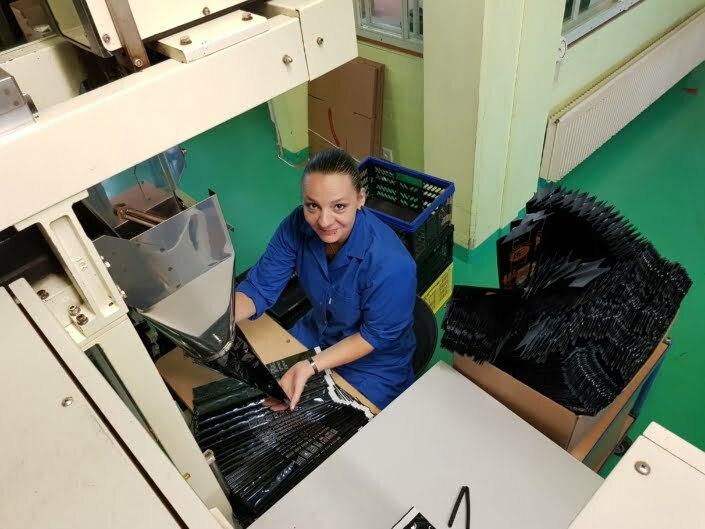 Bianca Giesen verpackt den Kaffee für Bertschi-Café-Kunden